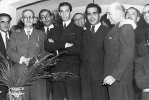 FOTO: CAPTURA DE PANTALLA Antonio Jaén y Morente (der.) con Manolete, en 1945. También aparecen en la imagen Pedro Garfias, Juan Rejano y Francisco Azorín.