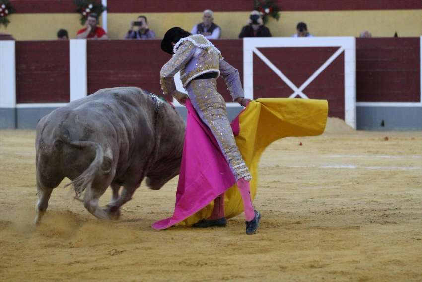 El sábado, en Cehegín,el alicantino y elperuano en hombros,ante Morante. PABLO J. GÓMEZ DEBARBIERI Los toros de Núñez del Cuvillo lidiados el sábado en la plaza murciana de Cehegín posibilitaron una corrida triunfal. La corrida debió celebrarse el pasado día 31 de marzo, pero fue suspendida por la lluvia que ese día cayó en aquella zona del sur de España.  Los cehegineros aclamaron a Manzanares en sus dos toros, a cada uno de los cuales cortó dos trofeos tras dos importantes faenas. A pesar de ello, entraron en...