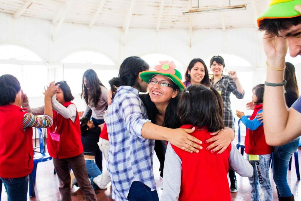 Rocío Velásquez, gestora del proyecto, comparte una dinámica de movimiento con los niños(as) y voluntarios.