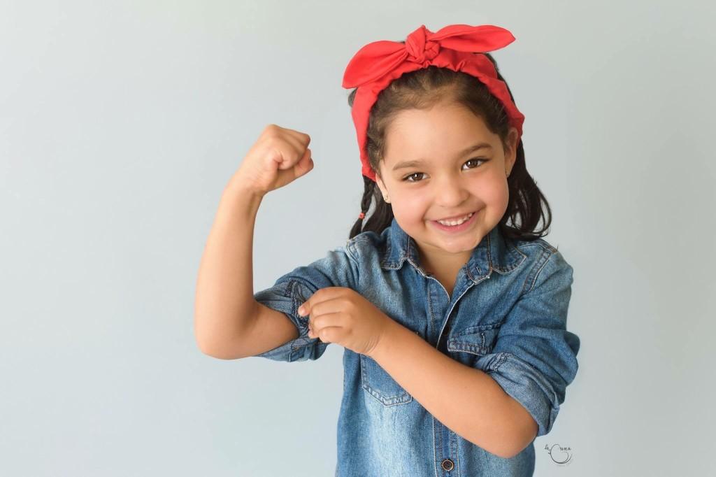 """Hoy, desde aquí, y a la luz de la situación de las mujeres en nuestro país, le decimos NO a las ideas preconcebidas y falsas que limitan el potencial de nuestras hijas. NO, a las ideas que logran que, a medida que los más pequeños van creciendo, """"el mundo se expanda para los niños y se contraiga para las niñas""""."""