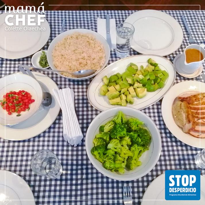 Mamá Chef Colette Olaechea colaborando con la campaña del WFP / PMA #STOP THE WASTE #STOPDESPERDICIO Colette muestra el almuerzo familiar, vemos la ensalada de tomates silvestres y otras preparaciones: arroz integral, palta, brócoli y lomo de cerdo