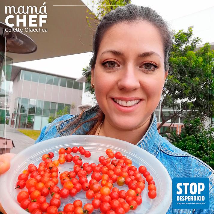 Mamá Chef Colette Olaechea colaborando con la campaña del WFP / PMA #STOP THE WASTE #STOPDESPERDICIO Colette muestra los tomates silvestres, orgullosa y contenta