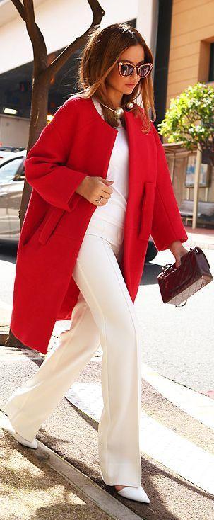 abrigo rojo pantalones blancos