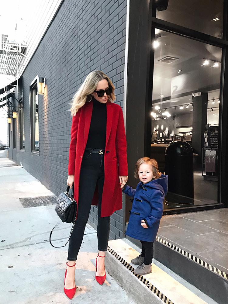abrigo y zapatos rojos