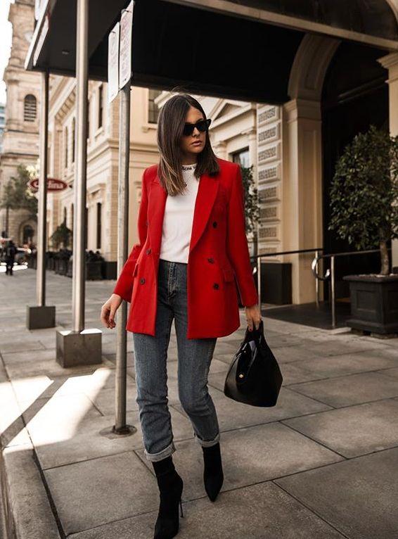 look con abrigo rojo y jeans