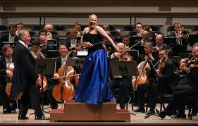 """En el último concierto de la residencia de varias semanas que tuvo la Filarmónica de Viena en Nueva York, la soprano Diana Damrau, una de las mas importantes del mundo, junto al legendario director Zubin Mehta se divierten durante el encore de la polka de """"Die Fledermaus"""" de Strauss"""