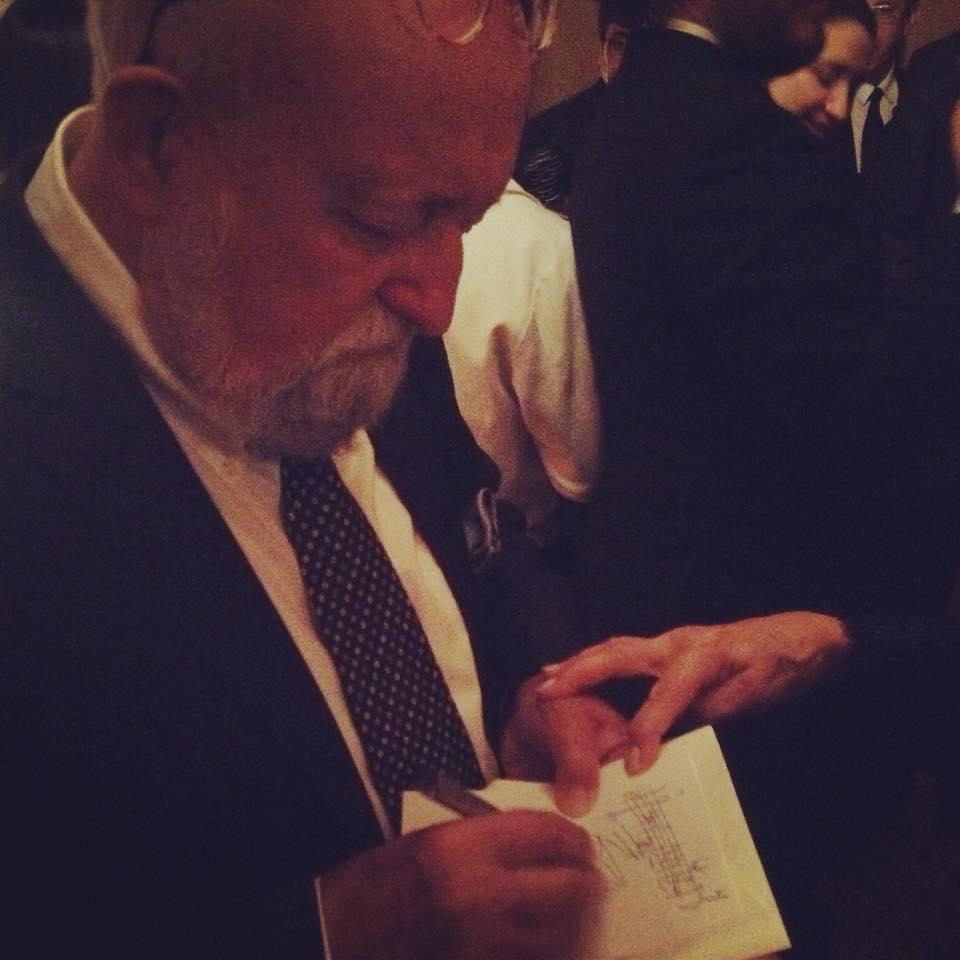 Firmando autógrafos en la recepción en la embajada polaca