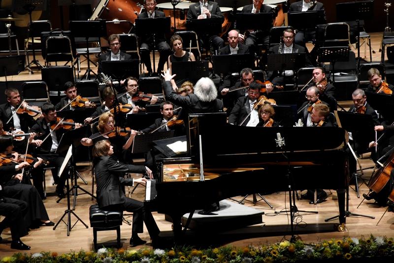 """La Sociedad Filarmónica de Lima inició su Ciclo Sinfónico este 2018 con la presentación de la Orquesta Sinfónica Estatal """"Evgeny Svetlanov"""" de Rusia, uno de los tantos elencos de la capital de uno de los países con la mayor tradición musical del mundo. Ellos llegaron en gira por Sudamérica, dirigidos por su titular, el noruego Terje Mikkelsen y con la grata presencia de un virtuoso pianista, el ruso Philipp Kopachevsky, quien ha grabado varios discos y sus interpretaciones son admiradas por crítica y público. A los 28 años, a logrado una técnica excepcional."""