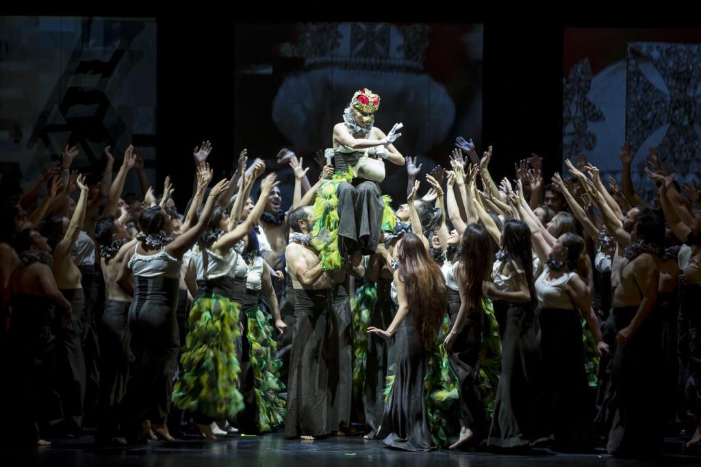 """Luego de dos exitosas temporadas en 2013 y 2014, regresa """"Carmina Burana"""" de Carl Orff, la primera producción de gran formato del Teatro Mayor Julio Mario Santo Domingo, en la que participan la Orquesta Filarmónica de Bogotá (OFB), el Coro de la Ópera de Colombia, el Coro Filarmónico Infantil de la OFB y la Fundación L'Explose. Una producción en la que las pasiones, los excesos y el amor se ven puestos en escena por 150 artistas entre solistas, bailarines, coro y músicos. Además, esta producción estará viajando a Perú para presentarse en el Gran Teatro Nacional de Lima (Perú) los días 18, 19 y 20 de julio."""
