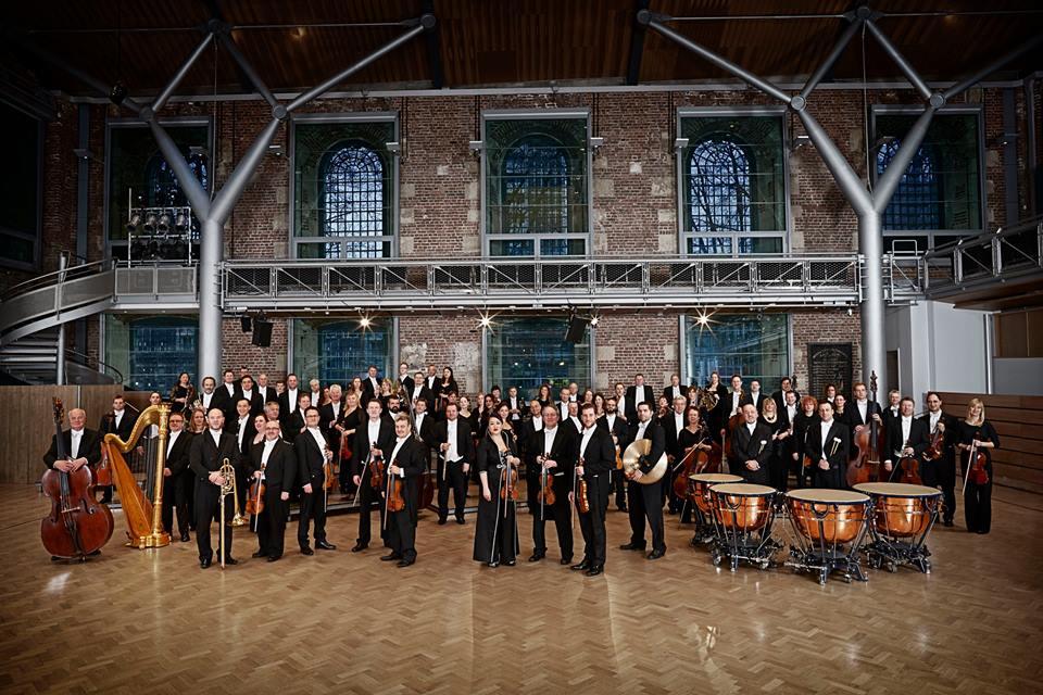 Como se anunció el año pasado, la centenaria Orquesta Sinfónica de Londres LSO junto a su nuevo director titular, Sir Simon Rattle, vendrán por primera vez a Sudamérica para ofrecer una gira de conciertos y llegarán por primera vez a Lima para presentar un programa con grandes obras de Benjamin Britten y Gustav Mahler.