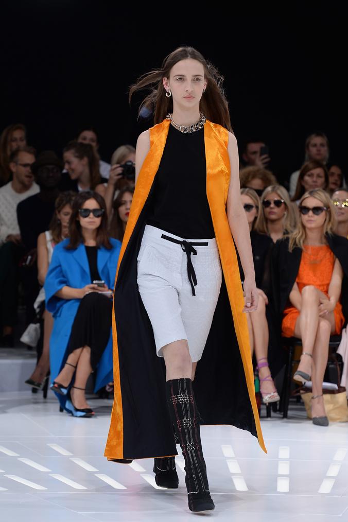 Christia Dior lo propuso para el próximo verano 2015 en texturas más ligeras, así que esta silueta tiene para rato…