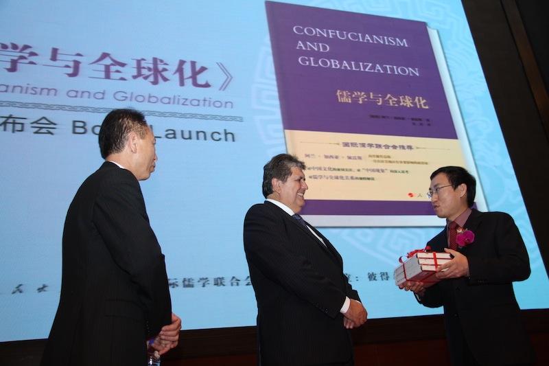 Le obsequiaron la última edición de las obras completas de Deng Xiaoping