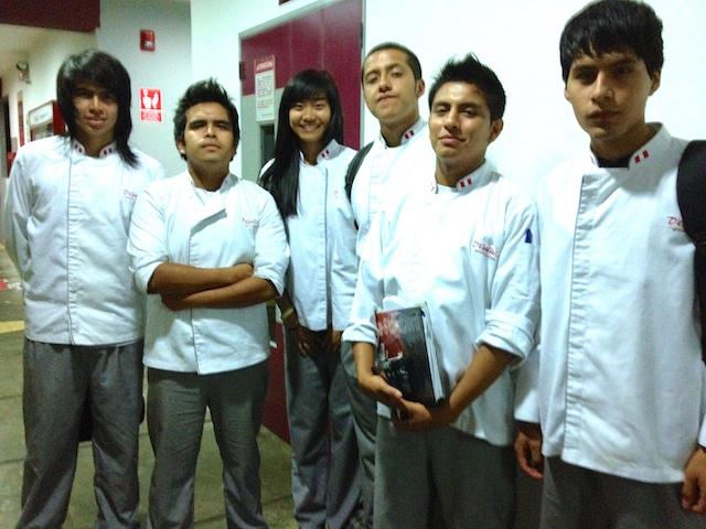 Los amigos de Gin en la escuela de cocina.