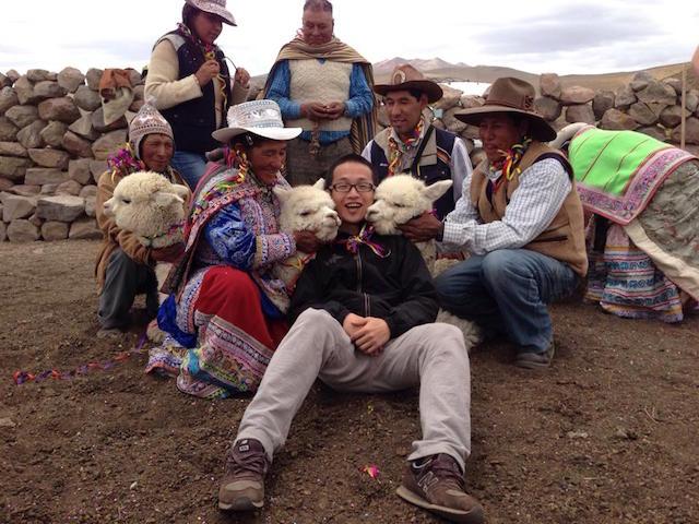 Periodista de la televisión china realizando reportajes en Perú.