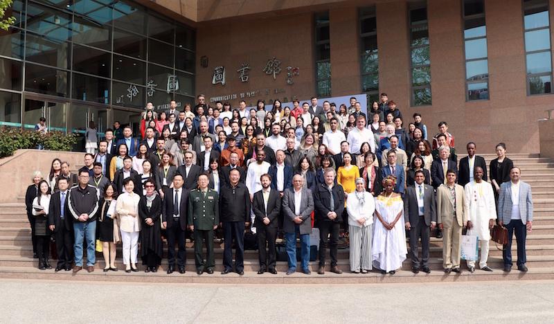 Todos los participantes extranjeros y chinos del evento.