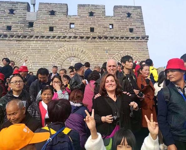 El rector y su esposa en un tramo de la Muralla China.