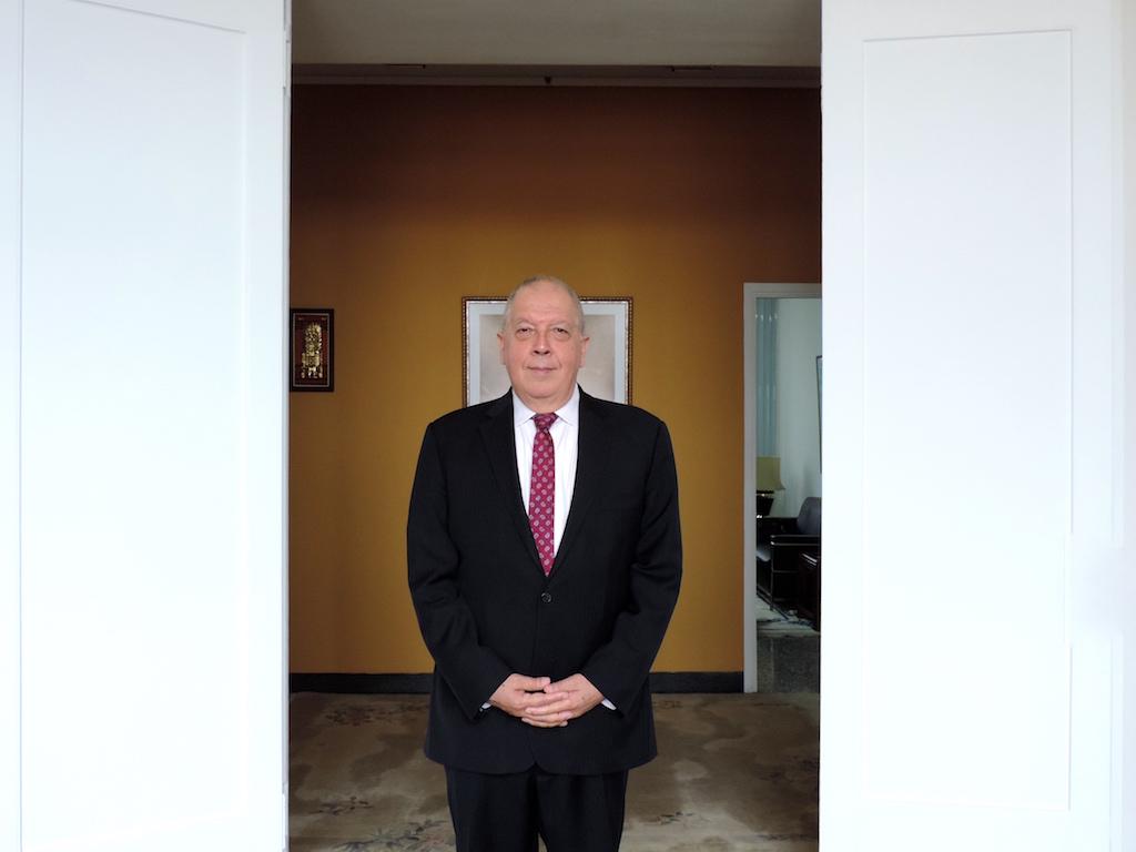 El embajador Luis Quesada, en la embajada del Perú en China.