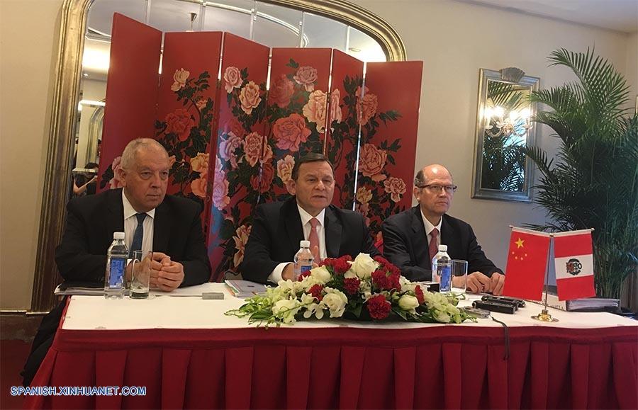 Visita del canciller Néstor Popolizio a China. Con el embajador Luis Quesada y el diplomático Jaime Casafranca. (Foto tomada de Internet)
