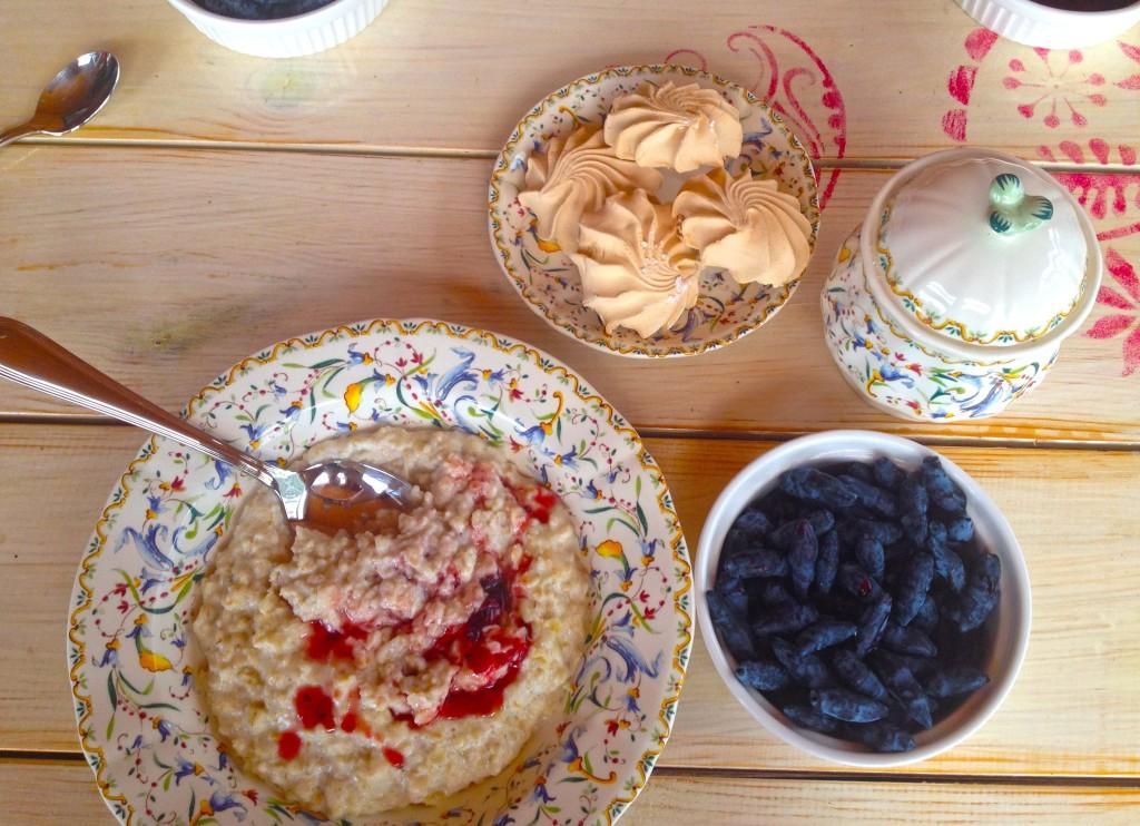 Desayuno con berries recién recogidos ¡Delicioso!