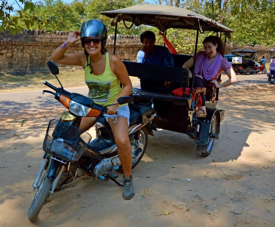 Uno puede viajar por diferentes lugares, decenas de destinos pueden ser parte de tu historial viajero. De algunos ya no te acuerdas mucho, y de otros te acordarás toda la vida. ¿Por qué? No precisamente porque sea tu lugar favorito en el mundo, sino porque hay anécdotas que en ese momento parecen el fin del mundo, pero que tras haber digerido bien lo que ocurrió, hoy se vuelven ese momento de risas cada vez que lo recuerdas. 6 Travel Bloggers de Latinoamérica y España nos cuentan esas anécdotas de viaje que nunca podrán borrar de la...